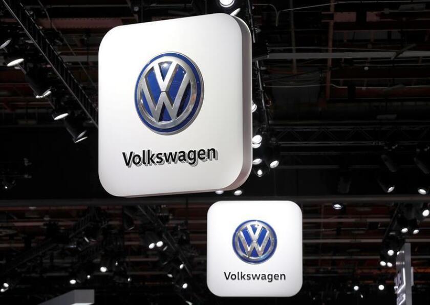 Vista de unos carteles con el logo de Volkswagen durante la Feria del Automóvil de Detroit 2018, en Detroit, Michigan (Estados Unidos). EFE/Archivo