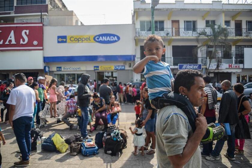 Migrantes hondureños aguardan en la ciudad mexicana de Tapachula para poder trasladarse a la fronteriza Ciudad Hidalgo (México). EFE/Archivo