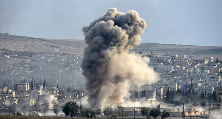 Vista de una explosión tras un presunto ataque de las fuerzas de la coalición lideradas por Estados Unidos. EFE/Archivo
