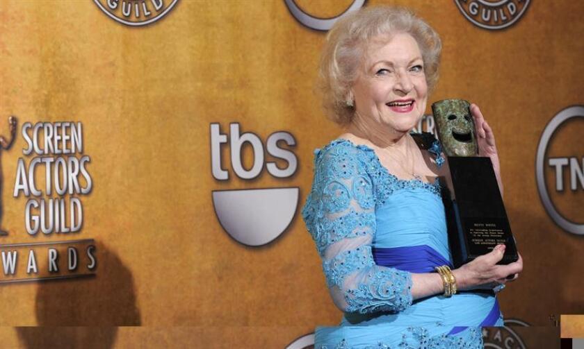 """2016 ha sido un año muy trágico en el mundo del espectáculo debido al fallecimiento de grandes estrellas de la música y el cine, y por ello ha surgido una campaña de recaudación en internet, con evidente tono irónico, para """"proteger"""" a la actriz Betty White de morir en lo que resta de año. EFE/ARCHIVO"""