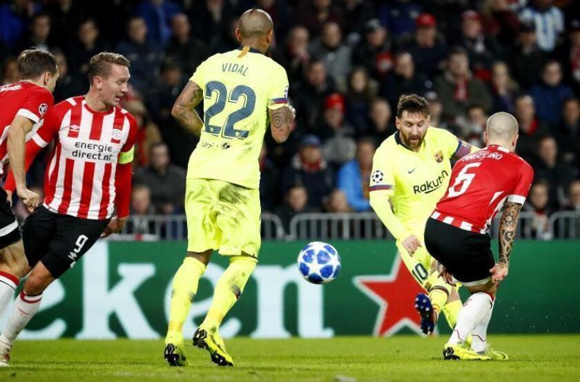 El jugador del Barcelona Lionel Messi (2-i) anota un gol hoy, durante el partido entre Barcelona y el PSV Eindhoven por la Liga de Campeones de la UEFA, en Eindhoven (Holanda). EFE
