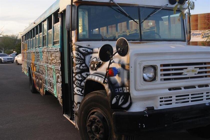 Un autobús cargado de esperanza y arte para inmigrantes en Arizona