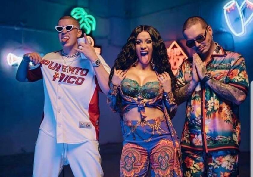 Cardi Bi (centro) flanqueada por los reggaetoneros Bad Bunny y J Balvin, quienes colaboraron con ella en un 'hit' monstruoso.