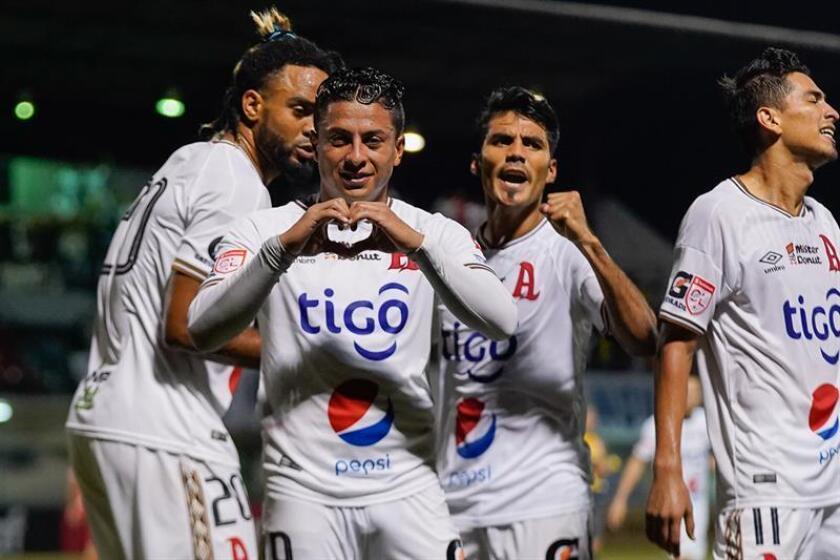 El Alianza empató 1-1 con el Independiente en la novena jornada del torneo Apertura del fútbol en El Salvador y sigue firme en el primer lugar, ahora con 20 puntos. En la imagen el registro de tora de las celebraciones del Alianza salvadoreño. EFE/ Eliecer Aizprúa Banfield/Archivo