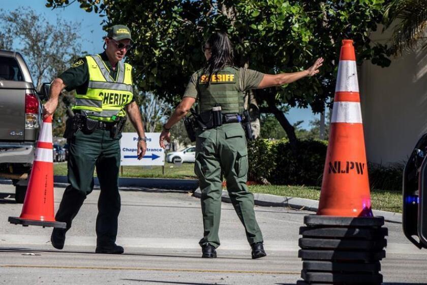 Agentes de policía y agentes de la oficina del Sheriff dirigen el tráfico durante los funerales de las víctimas en los jardines del cementerio Estrella de David en Fort Lauderdale, Florida, Estados Unidos, hoy, 16 de febrero de 2018. EFE