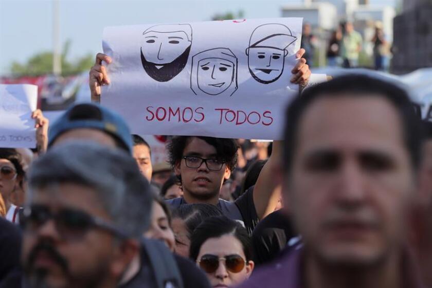 Estudiantes de la escuela de cine en Guadalajara (México), participan de una marcha por el asesinado de 3 de sus compañeros.