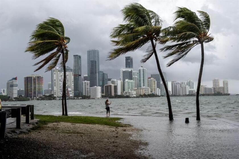 Fotografía de archivo de la Bahía de Biscayne con fuertes vientos y olas por la llegada del huracán Irma en Miami, Florida (Estados Unidos). EFE/Archivo