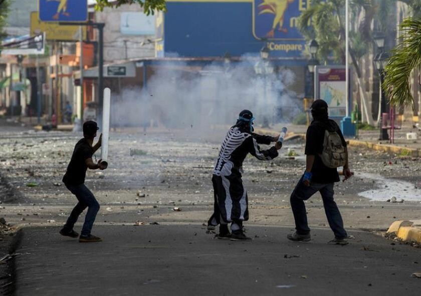 Tres jóvenes lanzan un mortero en un enfrentamiento con la Policía Nacional en la ciudad de Masaya (Nicaragua) durante el día número 46 de protestas en contra del gobierno de Daniel Ortega. EFE