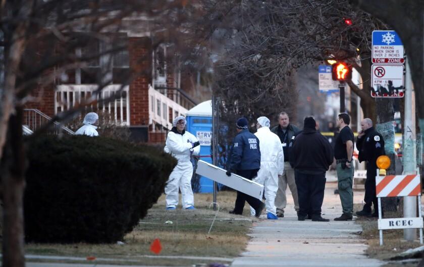 Investigadores de la policía de Chicago realizan labores afuera de una casa en cuyo interior fueron hallados los cadáveres de seis personas el jueves 4 de febrero de 2016, en Chicago. Las autoridades informaron que se trata de cuatro hombres, una mujer y un menor. (AP Photo/Charles Rex Arbogast)