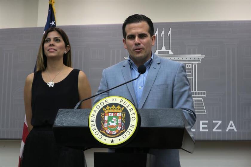 El gobernador de Puerto Rico, Ricardo Roselló, habla junto a la secretaria del Departamento de Recreación y Deportes, Adriana Sánchez Parés, el martes 6 de marzo de 2018 en San Juan, Puerto Rico. EFE/Archivo