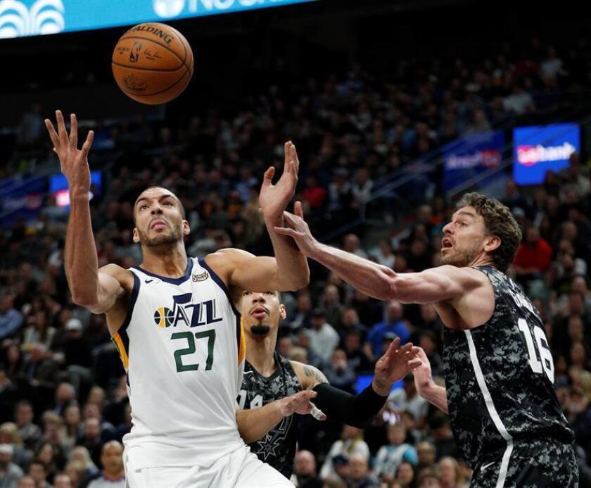 Rudy Gobert (i) de Utah Jazz en acción ante Pau Gasol (d) de San Antonio Spurs hoy, lunes 12 de febrero de 2018, durante su partido de la NBA en el Energy Solutions Arena de Salt Lake City, Utah (EE.UU.). EFE