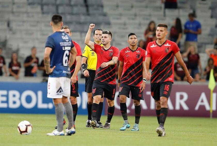 Tomás Andrade (c), Rony (2-d) y Bruno Guimarães (d) de Atlético Paranaense celebran un gol este jueves, durante un partido del grupo G de la Copa Libertadores disputado en el estadio Arena da Baixada, en Curitiba (Brasil). EFE