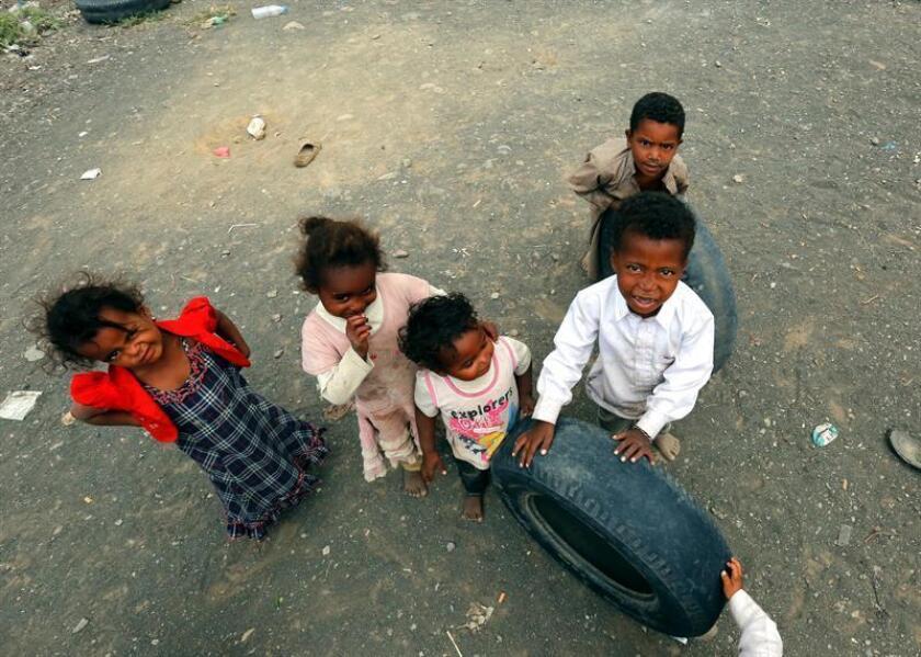 Uno de cada tres niños y jóvenes entre 5 y 17 años que viven en países afectados por guerras o desastres naturales no asisten a la escuela, una cifra que alcanza los 104 millones y que representa más de un tercio de la población mundial sin escolarizar, según un último informe de Unicef. EFE/ARCHIVO
