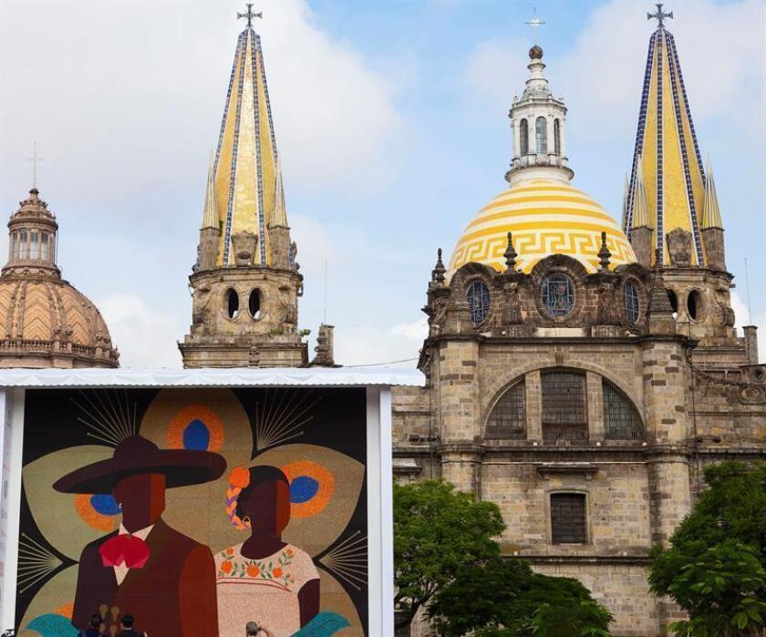Un gran mosaico hecho con chaquiras es exhibido hoy, lunes 20 de agosto de 2018, en Guadalajara (México). EFE