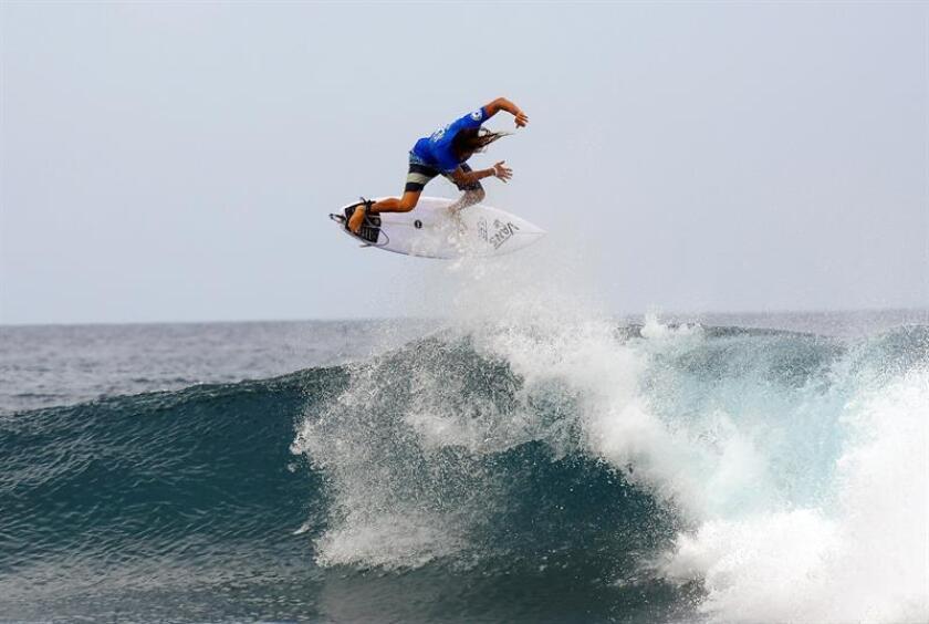 Fotografía de un surfista en una playa de Puerto Rico. EFE/Archivo
