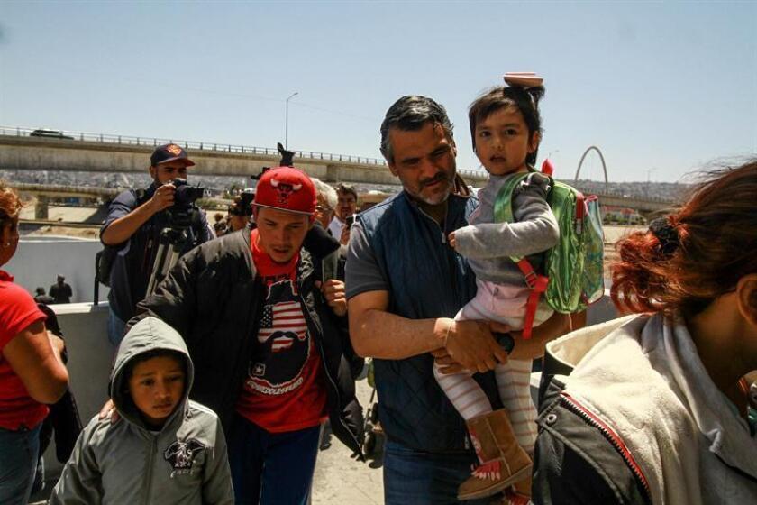 Migrantes centroamericanos cruzan hacia Estados Unidos desde la línea ubicada en la ciudad del El Chaparral, en la fronteriza Tijuana (México). EFE/Archivo