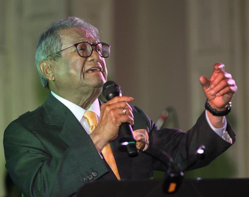 El compositor y cantante mexicano Armando Manzanero durante una conferencia. EFE/Archivo