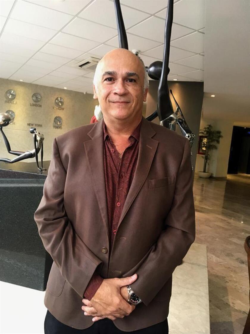 El escritor mexicano Edgardo Arredondo posa luego de conceder una entrevista a Efe este 9 de enero de 2018, en Mérida (México). EFE