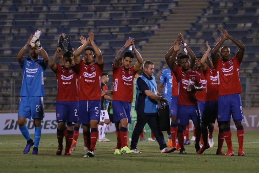 Jugadores de Medellín saludan a sus seguidores este miércoles, al final de un partido de la Copa Libertadores entre Palestino e Independiente Medellín en el estadio San Carlos de Apoquindo en Santiago de Chile (Chile). EFE