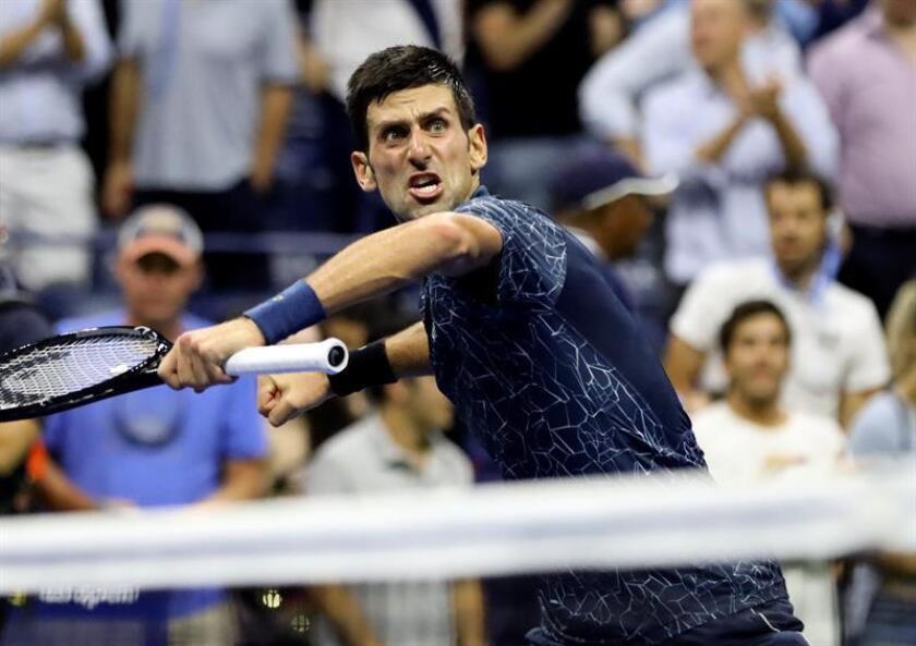 Novak Djokovic de Serbia devuelve la pelota a John Millman de Australia hoy, miércoles 5 de septiembre de 2018, durante los cuartos de final del Abierto de Tenis de Estados Unidos en el Centro Nacional de Tenis de USTA en Flushing Meadows, en Nueva York (EE.UU.). EFE