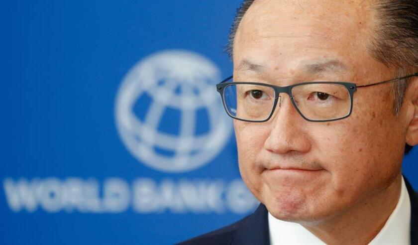 """El Banco Mundial (BM) elevó hoy las previsiones de crecimiento global al 3,1 % en 2018, gracias al repunte en la inversión y el comercio, y aseguró que será la primera vez desde la crisis financiera de 2008-10 que lo hará """"a plena capacidad"""". EFE/ARCHIVO/POOL"""
