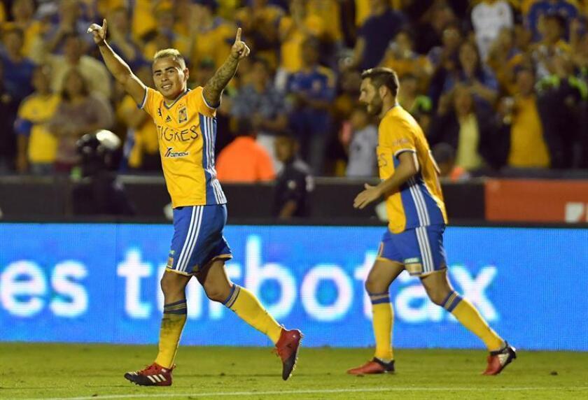 Lucas Zelayaran (i) de Tigres festeja una anotación ante Águilas del América durante el partido correspondiente a la jornada 3 del Torneo Clausura 2017 celebrado en el estadio Universitario de la ciudad de Monterrey (México). EFE