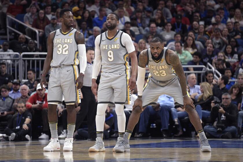 Los jugadores de los Cavaliers, de izquierda a derecha, Jeff Green, Dwyane Wade y LeBron James, durante un partido contra el Magic de Orlando el martes, 6 de febrero de 2018, en Orlando. (AP Foto/Phelan M. Ebenhack)