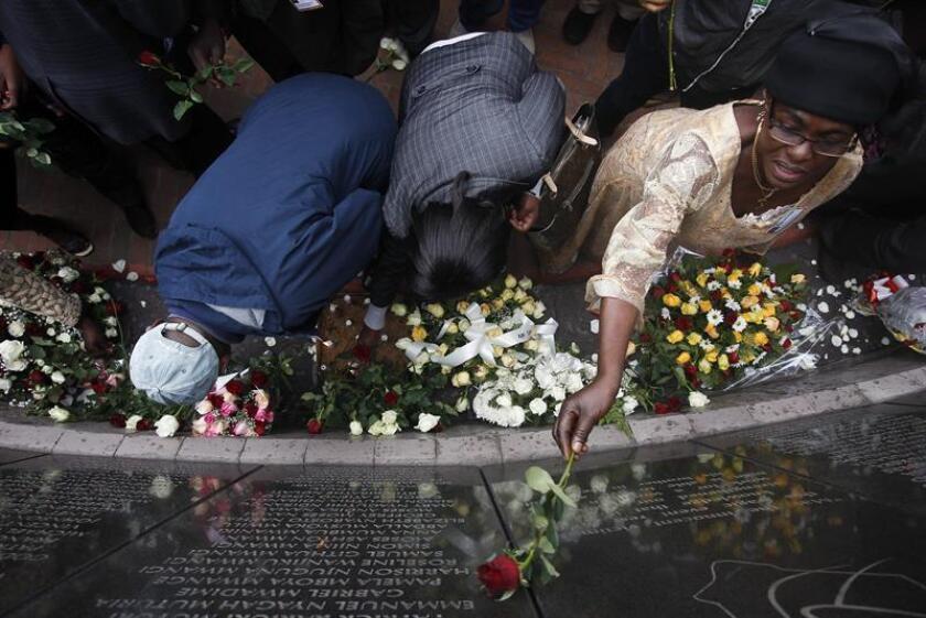 Familiares de víctimas del atentado contra la Embajada de Estados Unidos en Nairobi en 1998 depositan flores en el monumento en recuerdo de las víctimas situado en la citada embajada, en Nairobi, Kenia. EFE/aRCHIVO