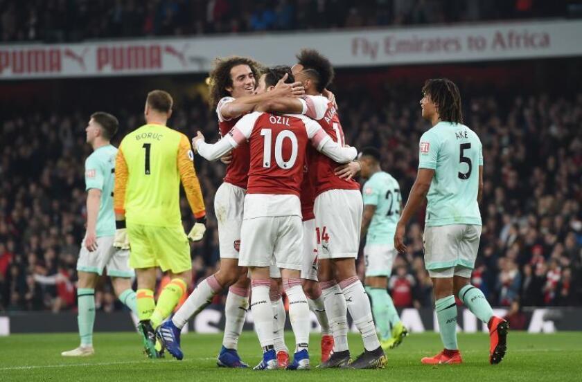Jugadores de Arsenal celebran después de anotar un gol este miércoles durante un partido entre Arsenal y Bournemouth por la Liga Premier en Londres (Reino Unido). EFE