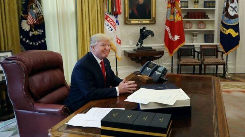 """Donald Trump quedó """"perplejo"""" por su victoria en la elección presidencial de EE.UU., no disfrutó de su toma de posesión y sentía que la Casa Blanca era """"espeluznante""""."""