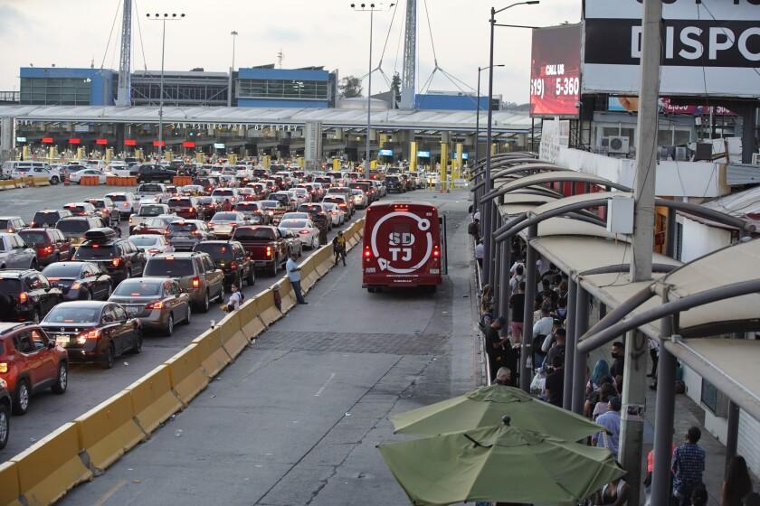 Tráfico para cruzar la frontera de Tijuana a San Ysidro.