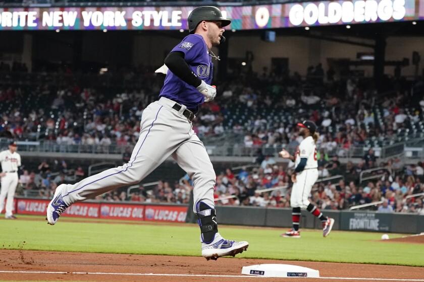 Trevor Story, de los Rockies de Colorado, recorre las bases luego de conectar un jonrón solitario en el duelo del martes 14 de septiembre de 2021, ante los Bravos de Atlanta (AP Foto/John Bazemore)