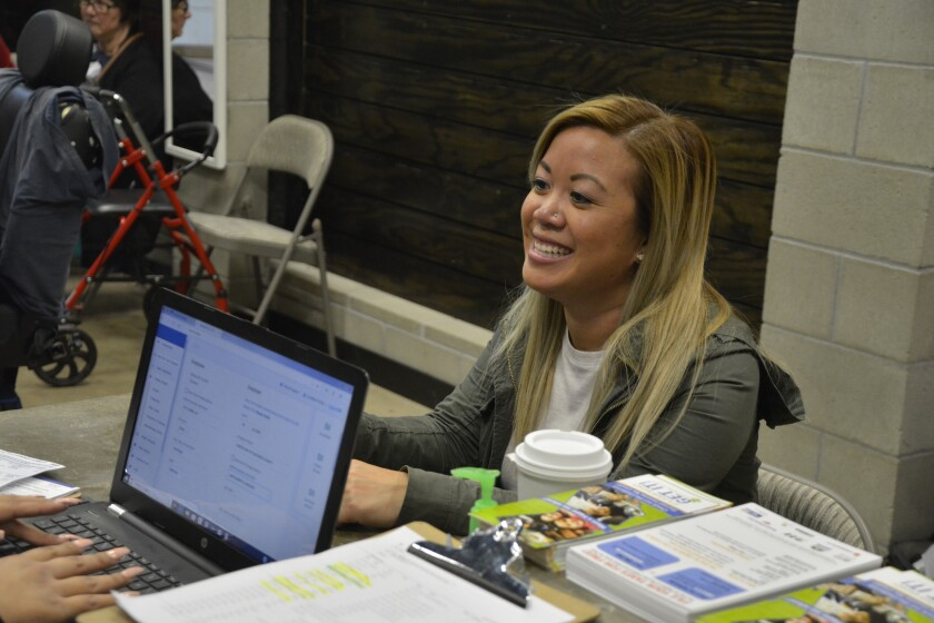 Una mujer recibe ayuda para declarar sus impuestos de la organización Dreams for Change