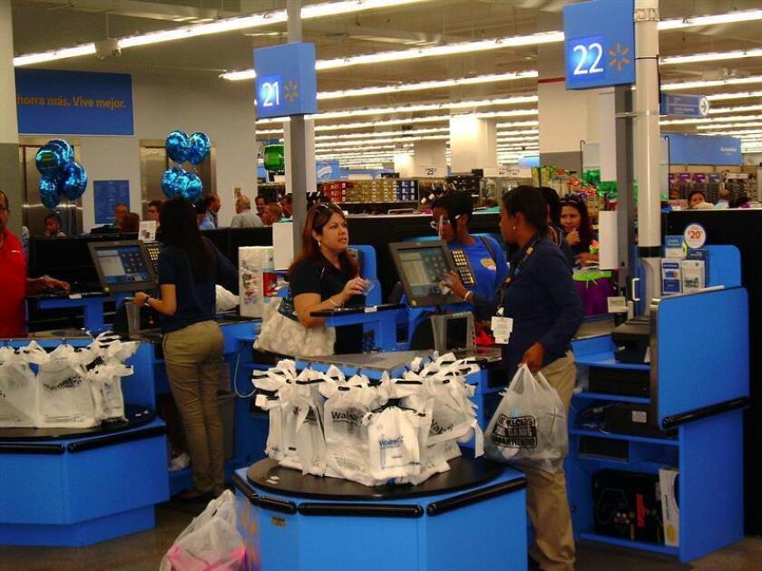Vista de unas empleadas atendiendo a clientes en el interior de la tienda de la compañía estadounidense Walmart en San Juan, Puerto Rico. EFE/Archivo