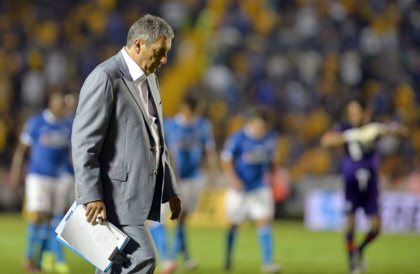 El director técnico de Cruz Azul, Tomás Boy, hoy, sábado 24 de septiembre de 2016, durante un partido entre Tigres y Cruz Azul por la jornada once del Torneo Apertura del fútbol mexicano, en el estadio Universitario de Ciudad de México (México).