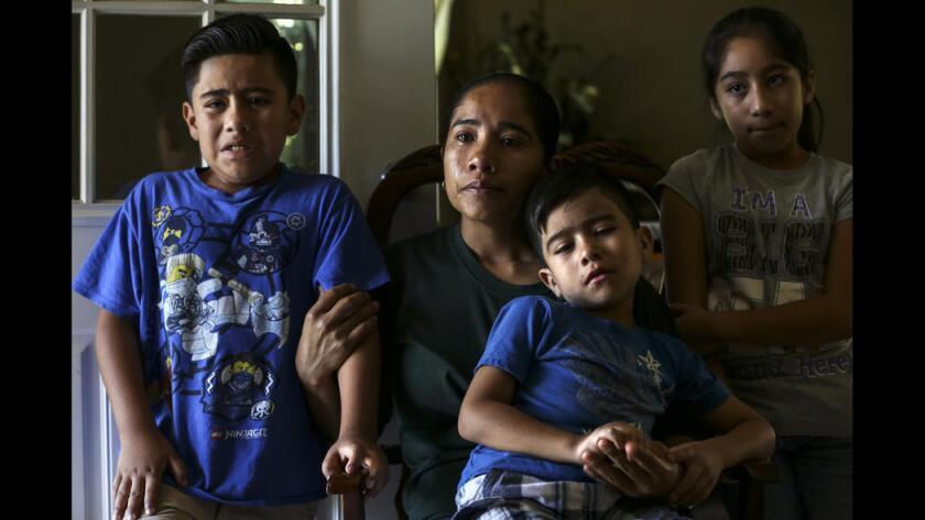 Foto de archivo que da una perspectiva del dolor que causa la deportación de uno de los padres en una familia. En la foto aparece la esposa de Hugo Medina y sus hijos, después de haber sido detenido por las autoridades federales en Riverside. Irfan Khan / Los Angeles Times