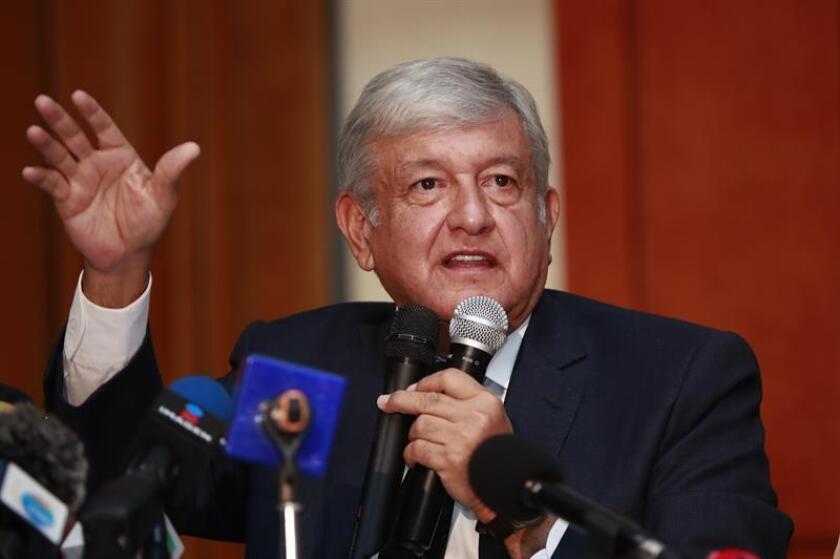 El presidente electo de México, Andrés Manuel López Obrador, perfiló hoy una posible consulta ciudadana sobre la creación de una Guardia Nacional, que integre militares y policías, para el 21 de marzo del próximo año. EFE/Archivo