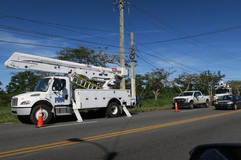 Fotografía que muestra un camión de la compañía de electricidad Pike, con sede en Carolina del Norte, realizando labores de reparación del tendido eléctrico en una zona del área metropolitana de San Juan (Puerto Rico). EFE/Archivo