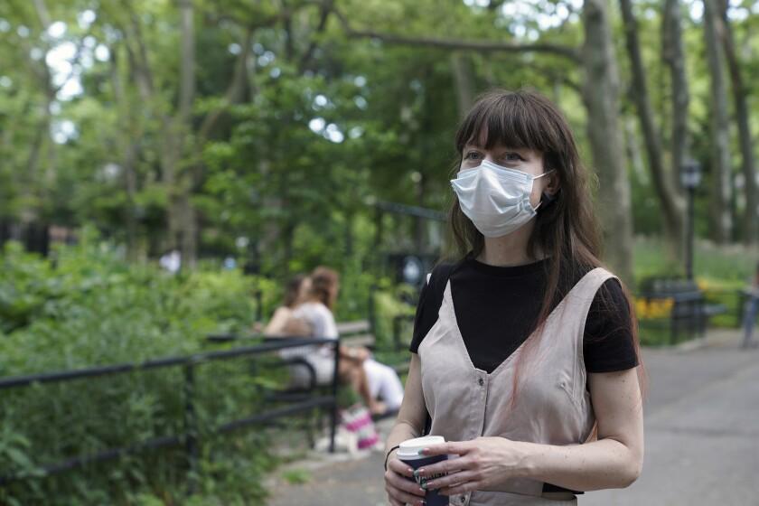 Marissa Oliver, sobreviviente al coronavirus, fotografiada en un parque de Brooklyn, Nueva York