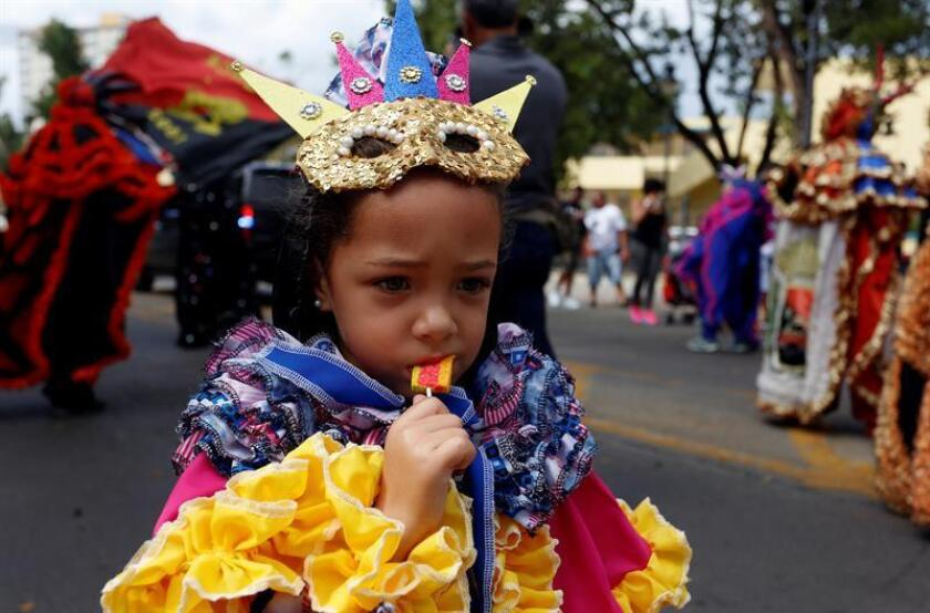 Participantes desfilan disfrazados hoy, domingo 11 de febrero de 2018, en el Carnaval de Ponce en Ponce (P. Rico). El Carnaval de Ponce, un evento heredado de los españoles, celebró hoy sus 160 años de origen, con el desfile de vejigantes, entre otros personajes, y dedicado a los voluntarios que trabajaron en la reconstrucción del municipio del sur de Puerto Rico tras el paso del huracán María. EFE