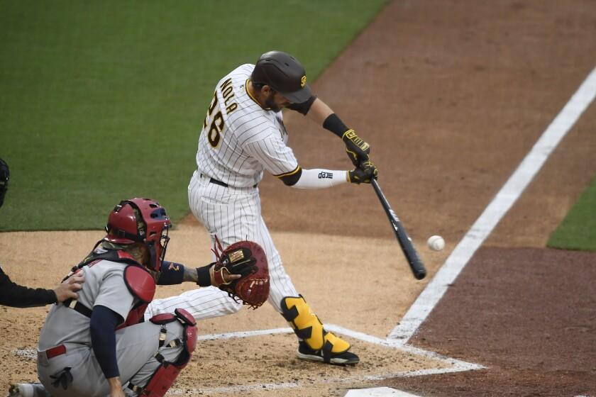Austin Nola, de los Padres de San Diego, dispara un jonrón de tres carreras en el tercer inning