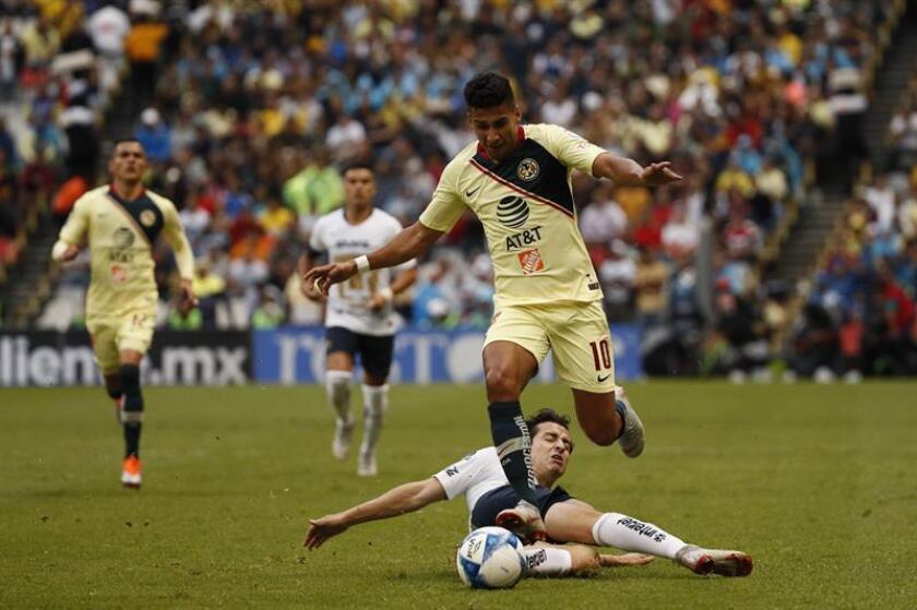 El jugador Cecilio Domínguez (arriba) de América disputa el balón con Alan Mozo (abajo) de Pumas durante el juego correspondiente a la jornada 7 del torneo mexicano de fútbol celebrado en el estadio Azteca de Ciudad de México (México). EFE/Archivo