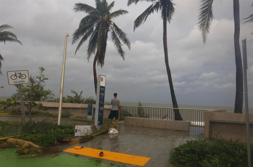 Un hombre observa el estado de la playa tras el paso del huracán María en San Juan, Puerto Rico. EFE/Archivo