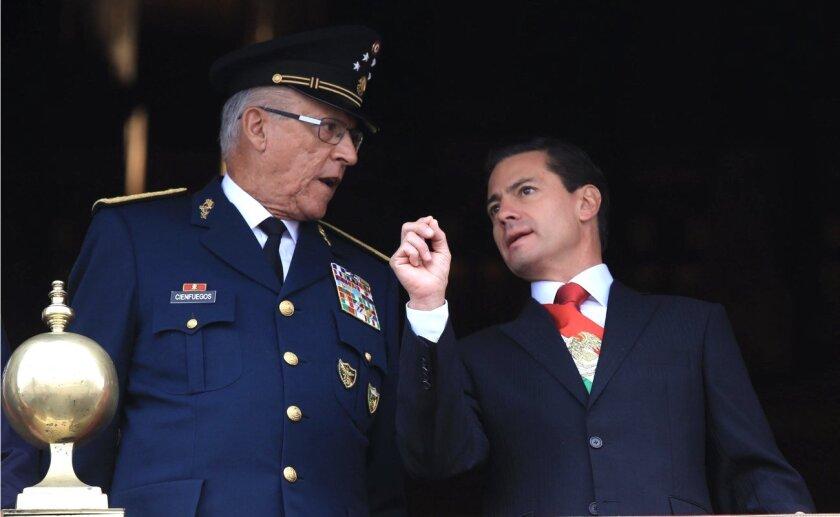 Salvador Cienfuegos (i) fue secretario de Defensa durante el Gobierno de Enrique Peña Nieto (2012-2018).