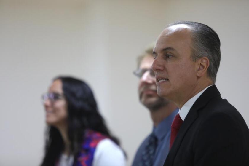 Los médicos Brenda Crabtree (i), Anton Pozniak (c) y Florentino Badial (d) participan este jueves en una conferencia para informar de nuevos casos de VIH, en Ciudad de México (México). EFE/Sáshenka Gutiérrez