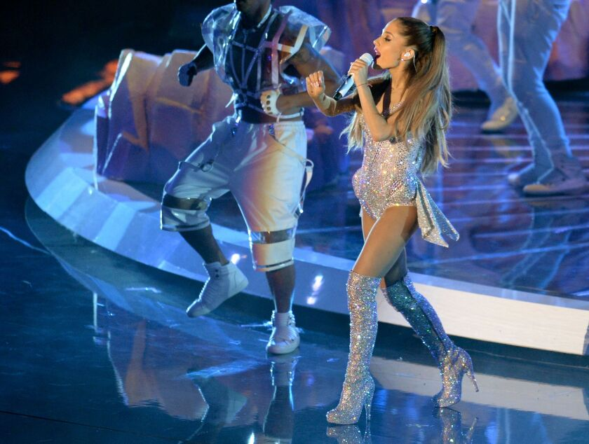 Ariana Grande durante su acto en otra ceremonia de los MTV Video Music Awards en Inglewood, California.