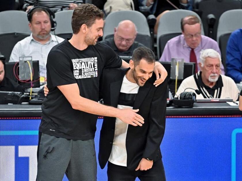 Pau Gasol (i), de los Spurs de San Antonio, saluda a José Calderón, de los Pistons de Detroit, este miércoles después de un juego de baloncesto de la NBA ante Detroit Pistons, en San Antonio, Texas (EE. UU.). EFE