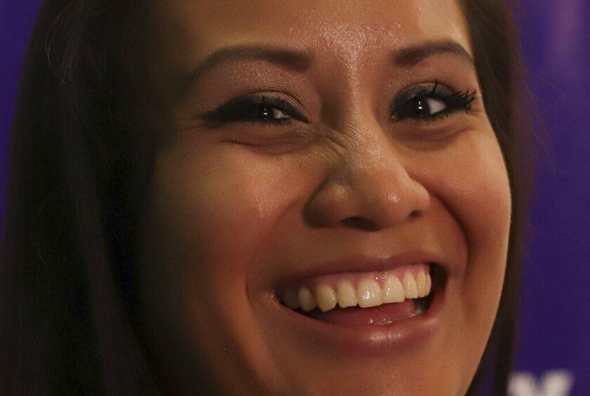 Evelyn Beatriz Hernández, una salvadoreña de 21 años que originalmente fue sentenciada a 30 años de prisión por homicidio agravado después de sufrir un aborto involuntario en 2016, sonríe mientras responde preguntas de periodistas dos días después de su absolución en un nuevo juicio en las oficinas de Colectivo Feminista en San Salvador, El Salvador, miércoles 21 de agosto de 2019. (AP Foto / Salvador Meléndez)