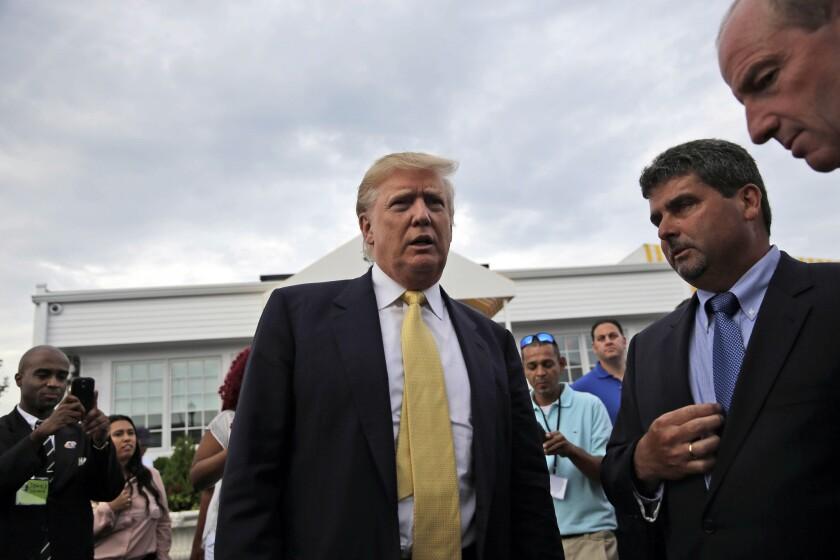 El empresario y candidato presidencial repúblicano Donald Trump llega a un acto de recaudación de fondos en un campo de golf en Nueva York el lunes 6 de julio de 2015. (Foto AP/Seth Wenig)