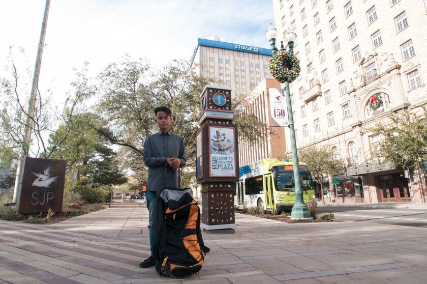 Andrés Guevara Durán, de 20 años, posa en El Paso, Texas. Tenía seis años cuando tuvo que salir de Estados Unidos, donde nació, cuando su familia fue deportada a México... ahora está de regreso.